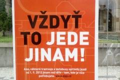 outdoorova-reklama-vzdyt-to-jede-jinam-tramvajova-zastavka